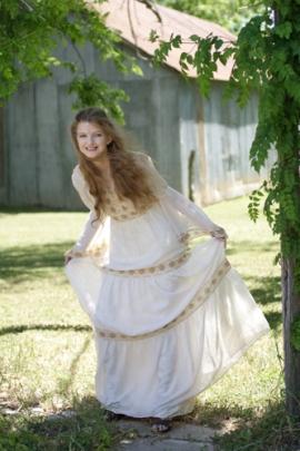 Laynie - Curtsy